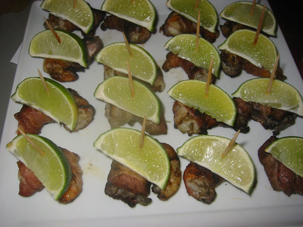 shrimp wrapped in bacon with lime